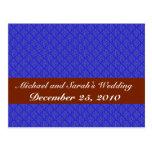 Hojas púrpuras de moda en fondo azul retro postal
