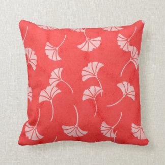 Hojas rojas y blancas elegantes del Ginkgo Cojín Decorativo
