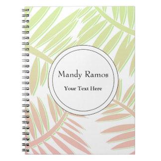 Hojas rosadas y verdes de la palmera de la note book