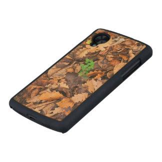 Hojas secas del otoño y tréboles verdes funda de nexus 5 carved® slim de arce