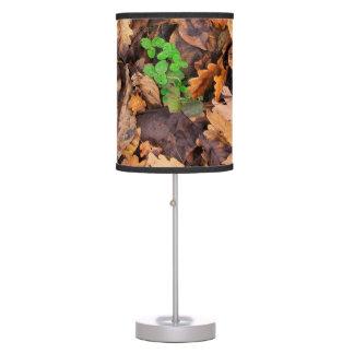 Hojas secas del otoño y tréboles verdes lámpara de mesa