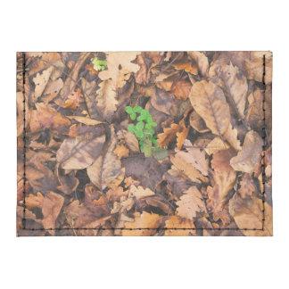 Hojas secas del otoño y tréboles verdes tarjeteros tyvek®