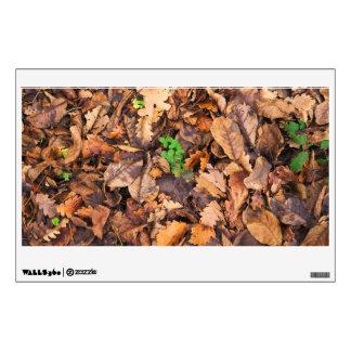 Hojas secas del otoño y tréboles verdes vinilo decorativo