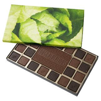 Hojas verdes de la lechuga con las gotas de agua caja de bombones variados con 45 piezas
