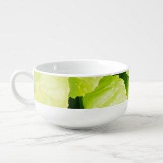 Hojas verdes de la lechuga con las gotas de agua cuenco para sopa