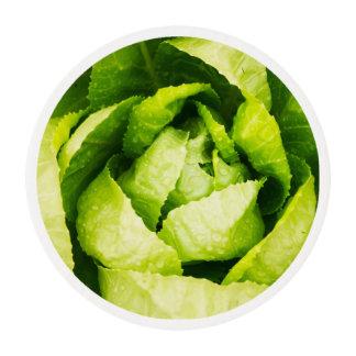 Hojas verdes de la lechuga con las gotas de agua láminas de glaseado redondas