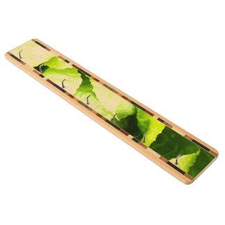 Hojas verdes de la lechuga con las gotas de agua portallaves de arce