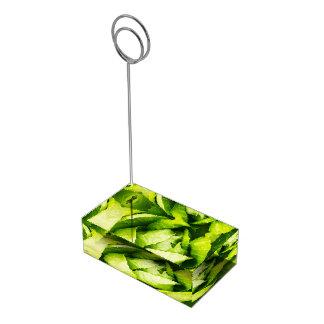 Hojas verdes de la lechuga con las gotas de agua soporte para tarjeta de mesa