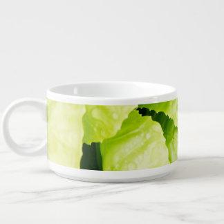 Hojas verdes de la lechuga con las gotas de agua tazón