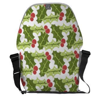 Hojas verdes del acebo y modelo rojo de las bayas bolsa messenger