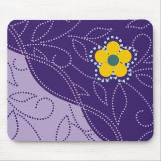 Hojas y flor punteadas Mousepads