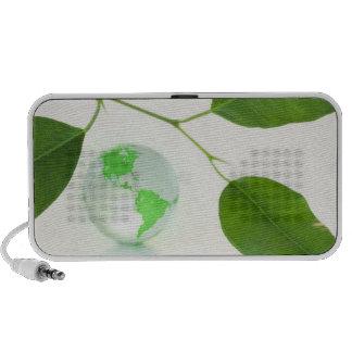 Hojas y globo del verde laptop altavoces
