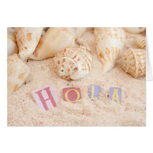 Hola, hola en español en una playa arenosa tarjeta de felicitación