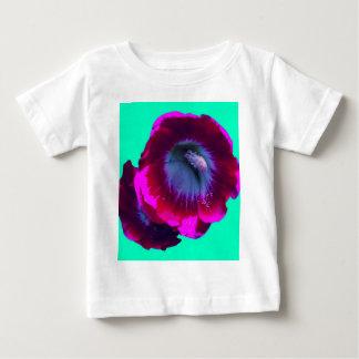 Hollyhock magenta en la turquesa por SHARLES Camisetas