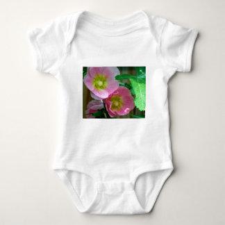 Hollyhocks rosados y amarillos body para bebé