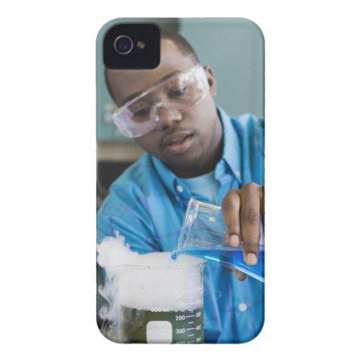 Hombre africano que realiza el experimento en Case-Mate iPhone 4 carcasa