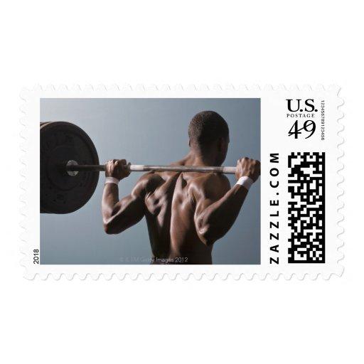Hombre afroamericano que resuelve el gimnasio 2 estampilla