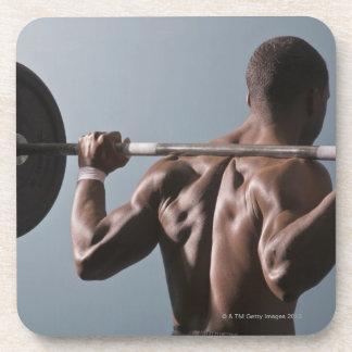 Hombre afroamericano que resuelve el gimnasio 2 posavasos de bebidas