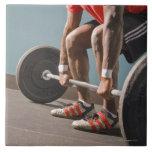 Hombre afroamericano que resuelve el gimnasio azulejo
