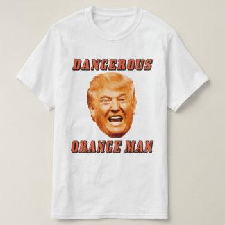 Hombre anaranjado peligroso de la camisa el | de