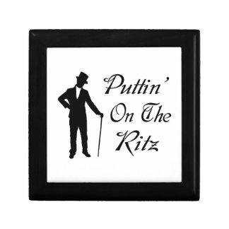 Hombre apuesto Puttin en el Ritz Joyero Cuadrado Pequeño