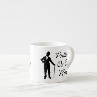 Hombre apuesto Puttin en el Ritz Tazita Espresso