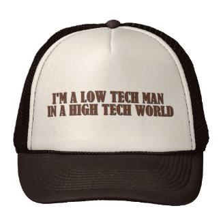 Hombre bajo de la tecnología en un mundo de alta t gorra