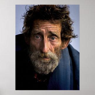 Hombre barbudo sin hogar y desamparado póster