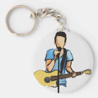 Hombre cantante con bosquejo de la guitarra llavero redondo tipo pin