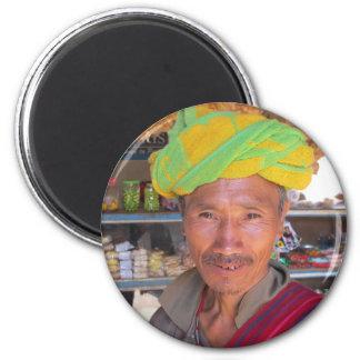 Hombre cerca de Kalaw, Myanmar de la tribu de la c Imán Redondo 5 Cm