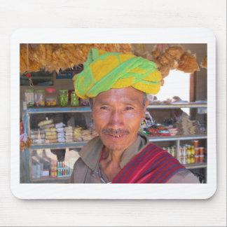 Hombre cerca de Kalaw, Myanmar de la tribu de la c Tapete De Ratón