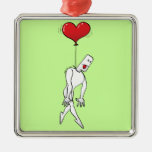 Hombre colgado por un globo del corazón ornamento para reyes magos