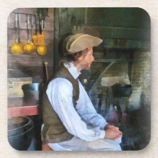 Hombre colonial en cocina posavaso