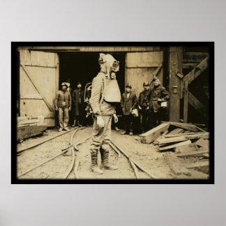 Hombre con el casco del oxígeno en una mina de car poster