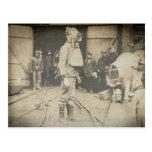 Hombre con el casco del oxígeno en una mina de car postales