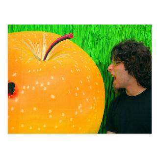 Hombre con la fruta gigante tarjeta postal