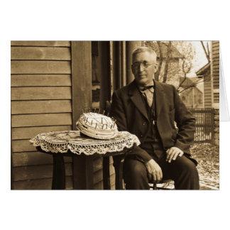 Hombre con la torta tarjeta de felicitación