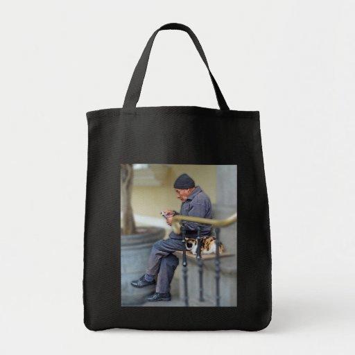 Hombre con su gato - lectura del periódico bolsa