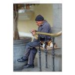 Hombre con su gato - lectura del periódico tarjetón