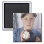 Hombre con un guante de béisbol y un béisbol imán para frigorífico