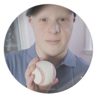 Hombre con un guante de béisbol y un béisbol platos para fiestas