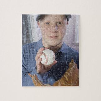 Hombre con un guante de béisbol y un béisbol rompecabezas
