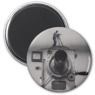 Hombre con una cámara de película 1r tiro imanes