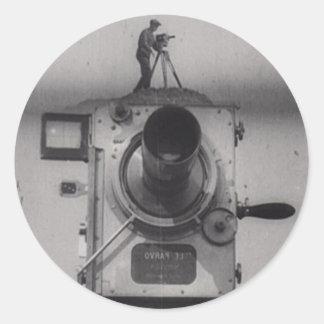 Hombre con una cámara de película (1r tiro) pegatina redonda