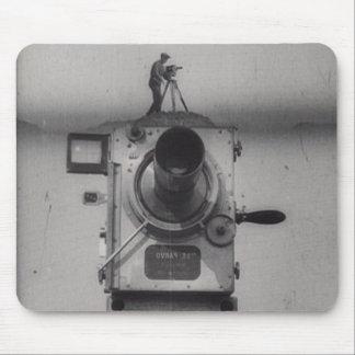 Hombre con una cámara de película 1r tiro alfombrillas de ratón