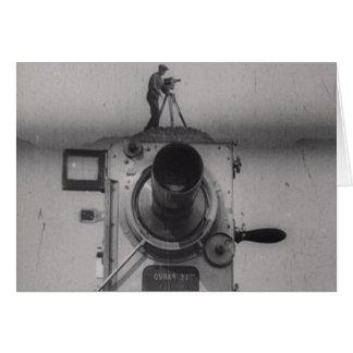 Hombre con una cámara de película 1r tiro tarjeta