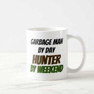 Hombre de basura del cazador del día por fin de se taza básica blanca