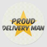 Hombre de entrega orgulloso etiqueta redonda
