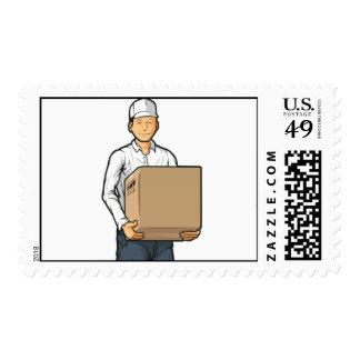 Hombre de entrega que trae la caja del cartón sellos