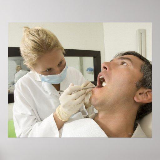 Hombre de examen del dentista de sexo femenino posters